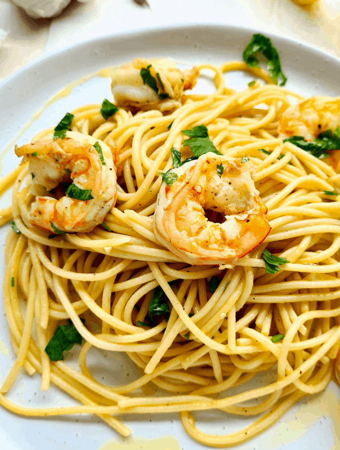 Super easy and simple to make. This garlic prawn pasta is perfect for a weekday meal