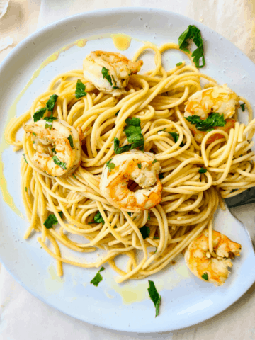 Delicious, simple and healthy garlic prawn pasta